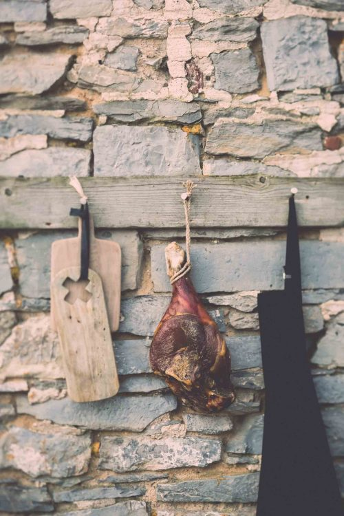 Charcuterie traditionelle-cuisine - jambon entier -outdoor-photographe-tablier de cuisine-culinaire-nature morte-nord - onepicagency